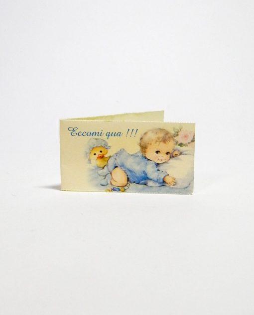 bigliettino con bambino paperella e scritta eccomi qua azzurra