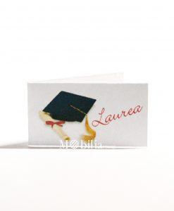 bigliettino cartoncino bianco con tocco pergamena e scritta laurea