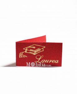 bigliettino rosso con tocco e scritta laurea