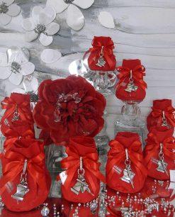 bomboniera portachiavi con ciondolo pergamana tocco e piuma su sacchetto rosso
