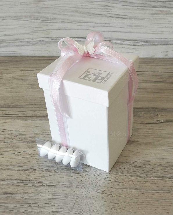 scatola-confezionata-con-fiocco-rosa