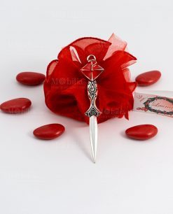 bomboniera ciondolo tagliacarte con tocco laccato rosso tabor su sacchettino rosso portaconfetti