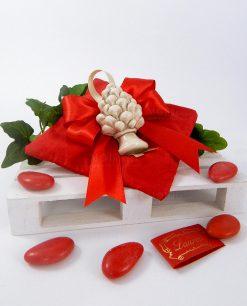 bomboniera magnete pigna ceramica di caltagirone su cuscino portaconfetti rosso