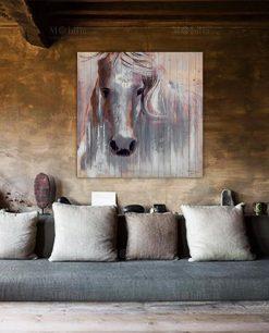 Quadro Moderno con Cavallo Bianco su Legno Ambientato