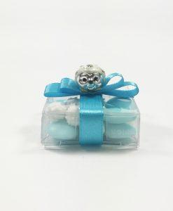 riccio bianco su scatolina pvc con confetti e nastro azzurro