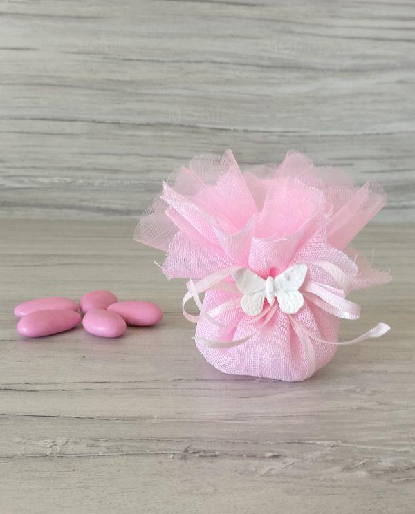 sacchettino rosa con tirante confezionato con confetti e farfalla gesso