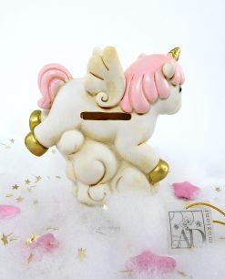 salvadanaio a forma di unicorno rosa con dettagli oro