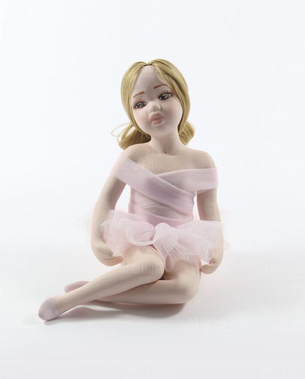 ballerina seduta con capelli biondi e tutù rosa rdm