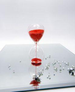 clessidra in vetro con sabbia rossa ad emozioni