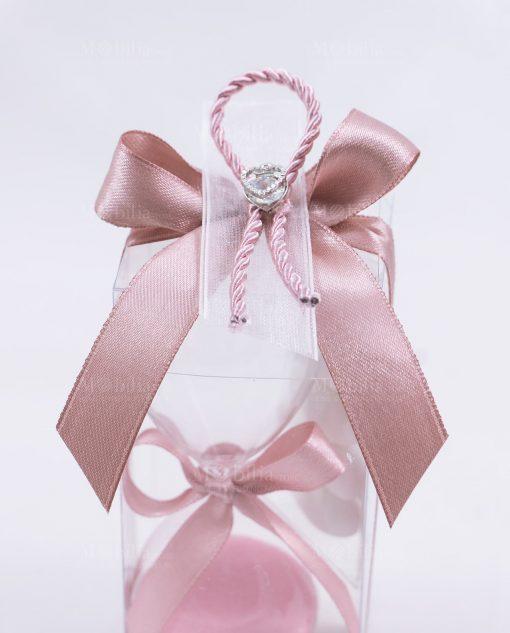 dettaglio fiocco rosa e ciondolo cuore