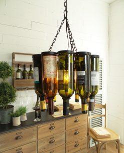 lampadario con bottiglie in vetro