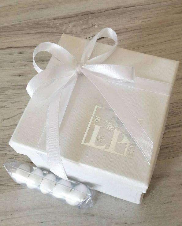 Scatolina confezionata con fiocco bianco
