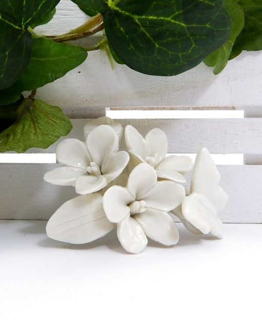 calamita con fiori e farfalle in ceramica bianca