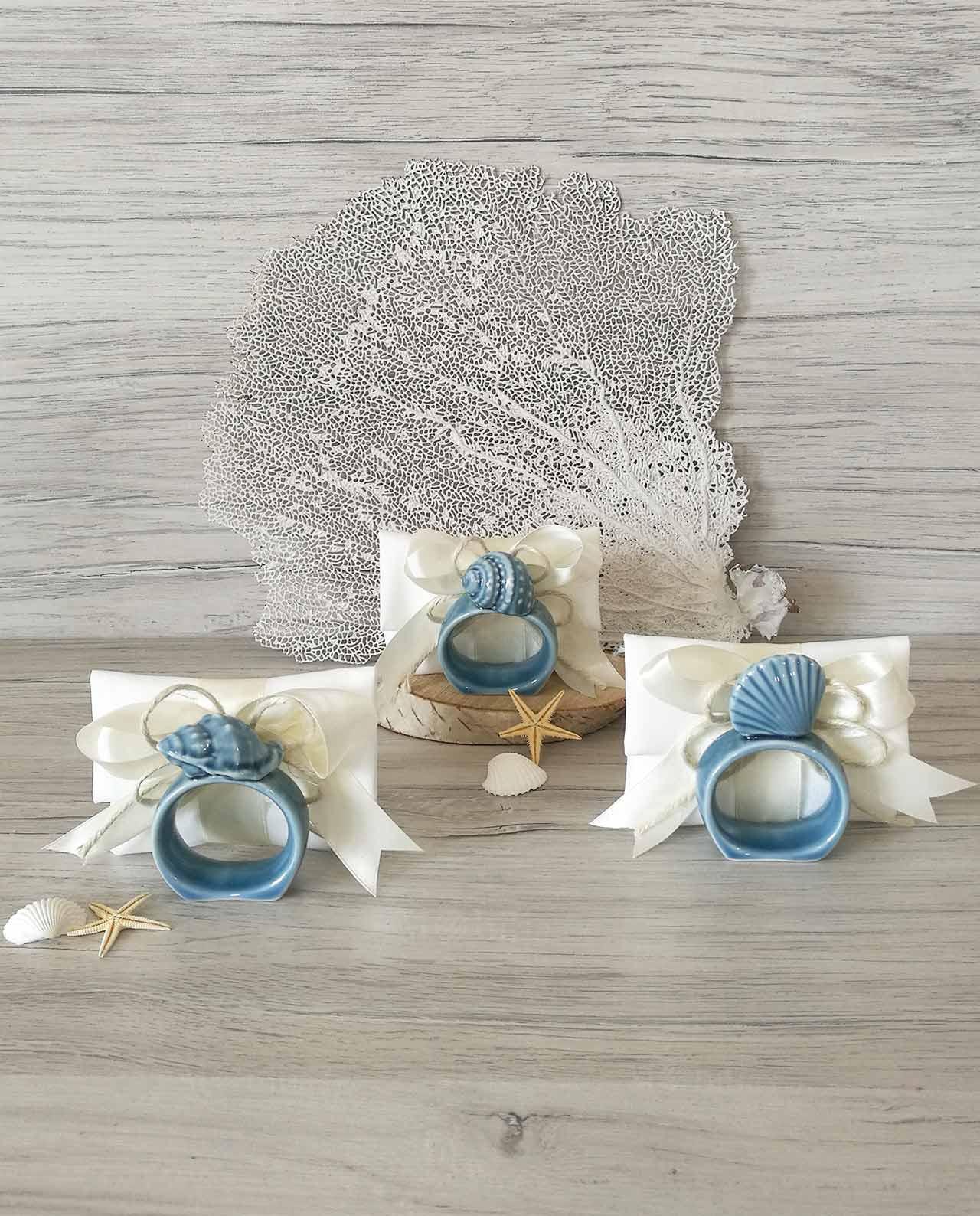 Bomboniera legatovagliolo ceramica blu con conchiglie su sacchettino mobilia store home favours - B b porta di mare ...