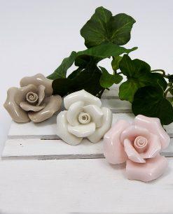 rose con calamita in ceramica colorata per bomboniere