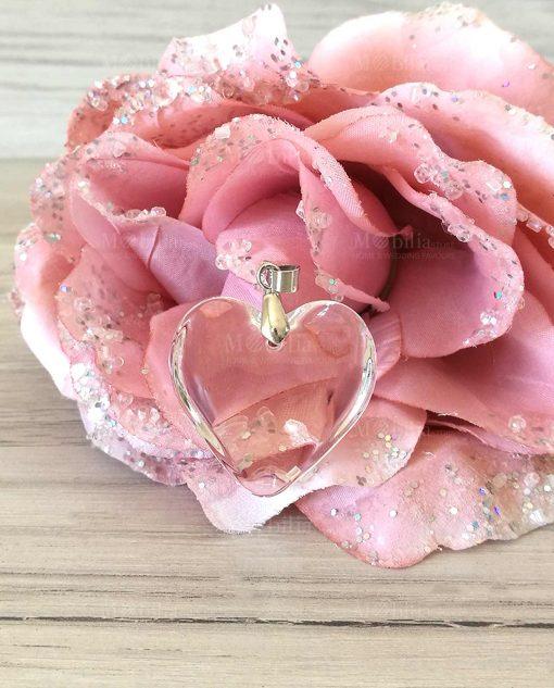 Cuoricino trasparente su fiore rosa