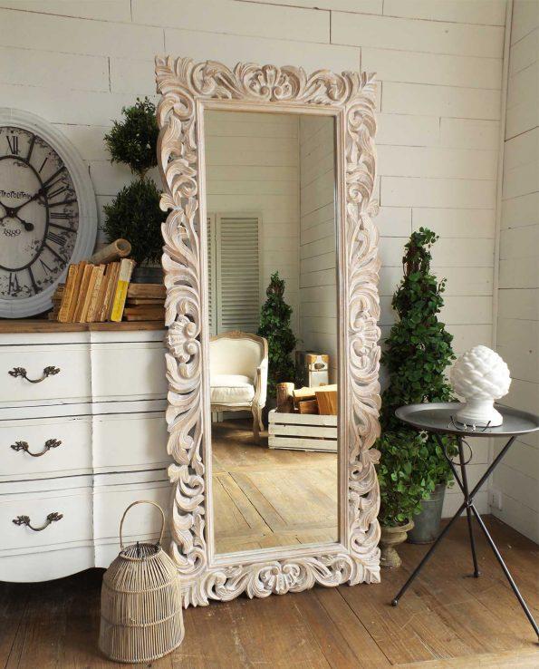 Arredare con gli specchi in legno e cornice decorata for Specchio lungo