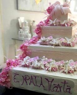 torta con scatole portabomboniere decorata in rosa
