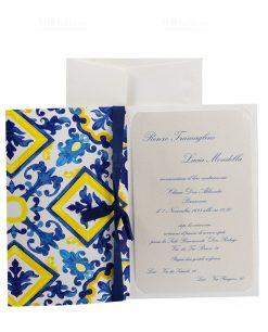 invito e partecipazione con maioliche blu e gialle con nastro blu con stampa termorilievo perlato