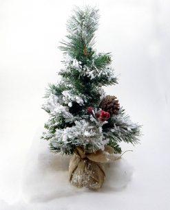 albero di natale innevato con bacche e pigne