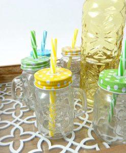 mini boccali in vetro con cannuccia colorata e bottiglia