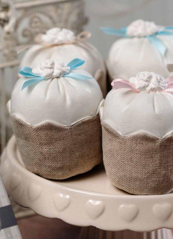 cupcake in tessuto con fiocco e gesso roselline bianche