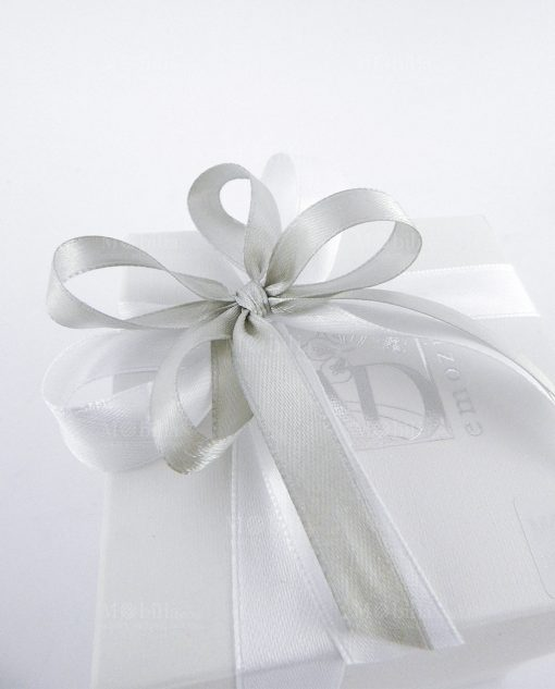 scatola cartoncino bianca confezionata con nasto grigio e bianco