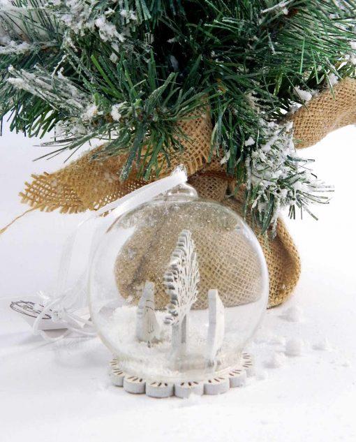 sfera di natale con neve da appendere allestimenti natalizi