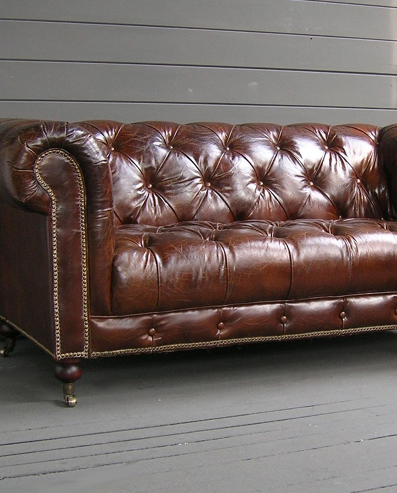 Divano imbottito chesterfield marrone in pelle mobilia - Divano chesterfield ...
