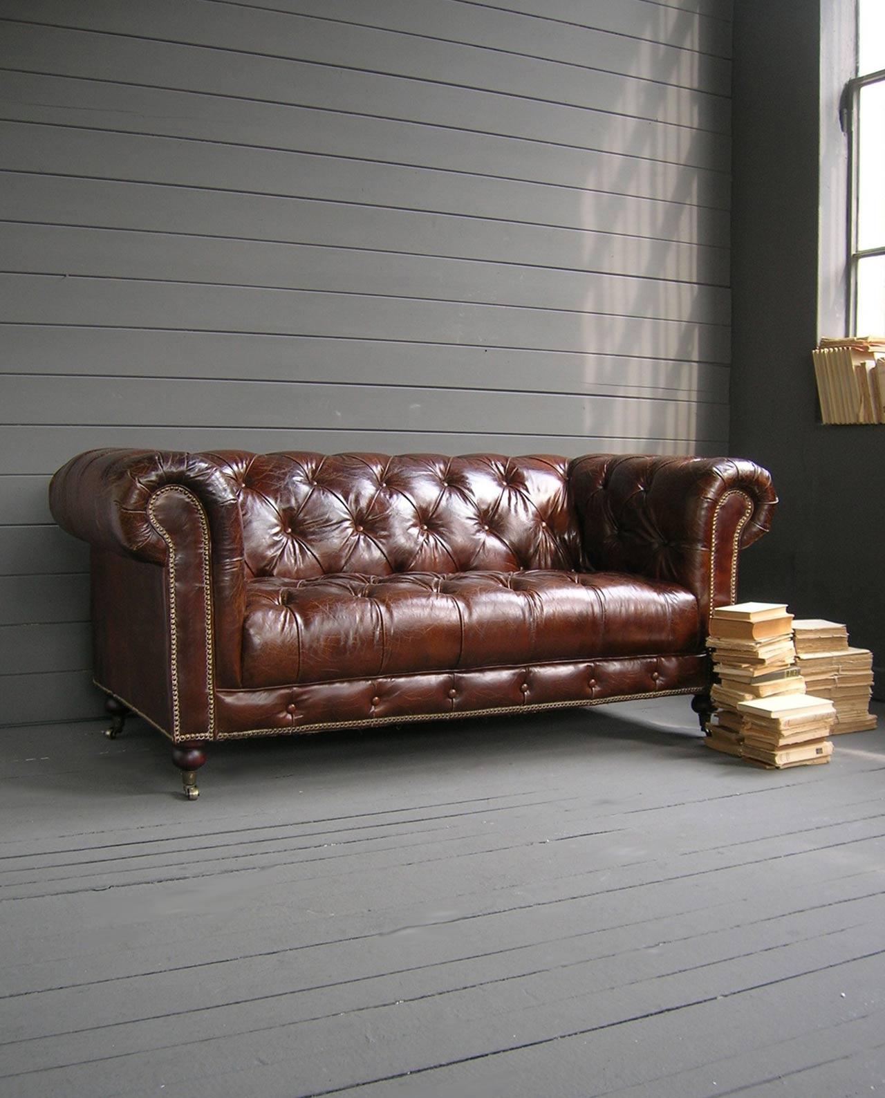 Divano imbottito chesterfield marrone in pelle mobilia - Divano pelle vintage ...