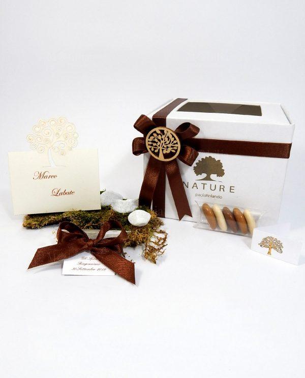 scatola confezionata con nastro tortora e ciondolo albero della vita