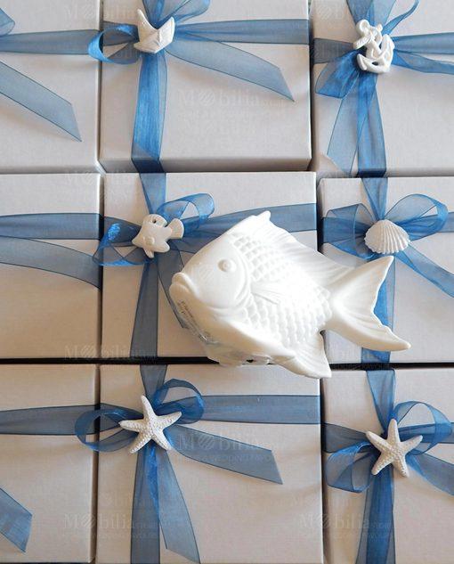bomboniera lampada led pesce linea portofino ad emozioni con fiocco blu e gessetto tema mare