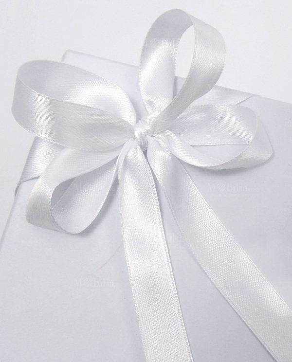 scatola confezionata con fiocchi bianchi