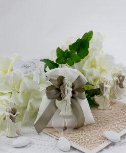 sacchetto portaconfetti cotone bianco con doppi fiocchi fango e magnete sposini assortiti
