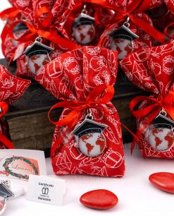bomboniera ciondolo mappamondo con tocco laccato microfusione su sacchetto rosso con stampe tabor