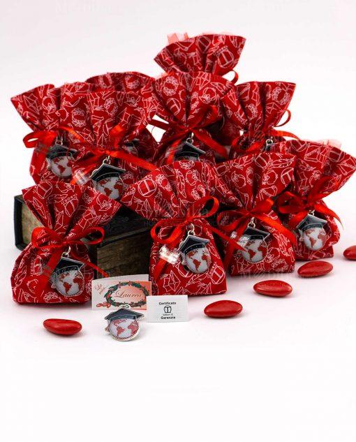 bomboniera ciondolo mappamondo con tocco nero su sacchettino rosso decorato tabor