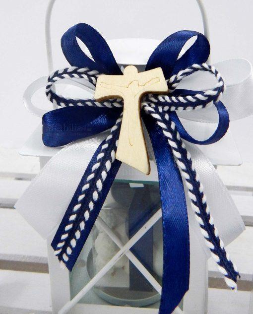 bomboniera lanterna metallo con nastri blu e applicazione croce tau in legno