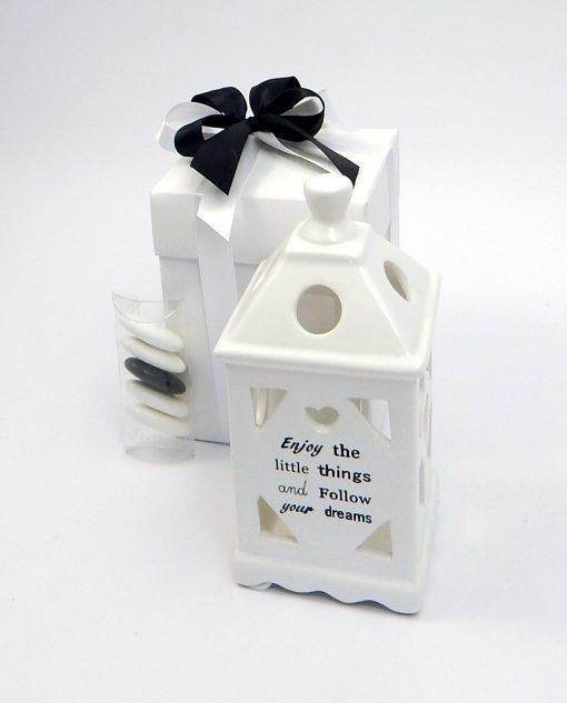 bomboniera lanterna ceramica bianca con scritta confezionata con scatola e nastri bianchi e neri