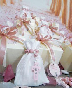 bomboniera rosario rosa da dito su sacchetto bianco con scatola e fiocchi