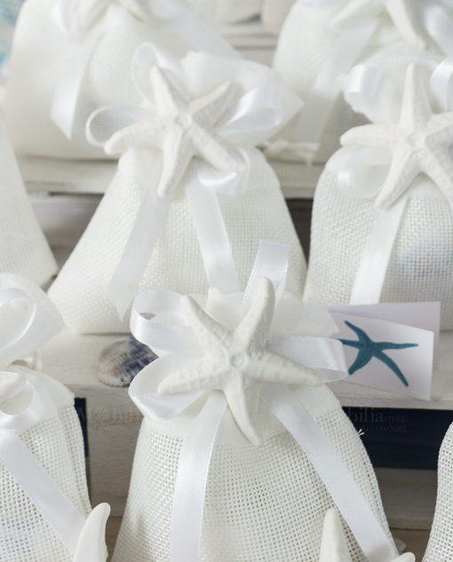 bomboniera sacchettino bianco con nastro raso e magnete stella marina bianco