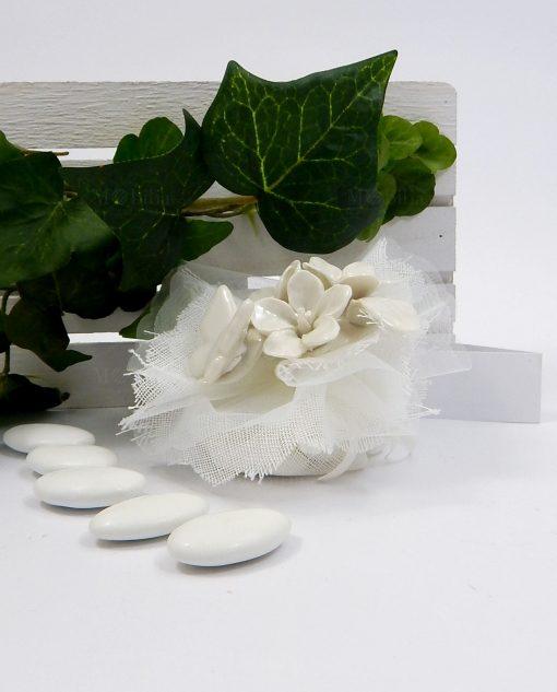 bomboniera sacchettino calamita in porcellana bianca con fiori e farfalle