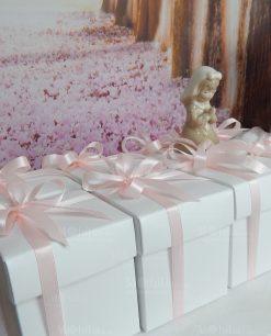 bomboniera sculturina bambina che prega con fiocchi rosa