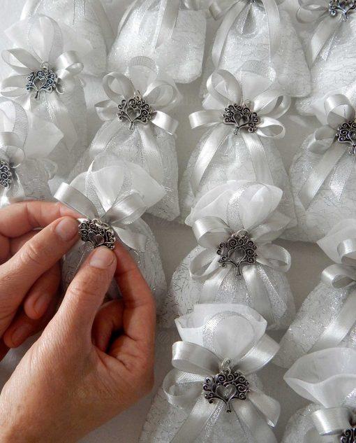 bomboniere ciondolo cuore albero della vita su sacchetto fili argentati