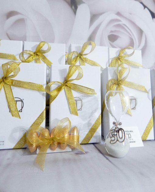 bomboniera clessidra vetro con ciondolo 50 confezionata con scatola e nastri oro