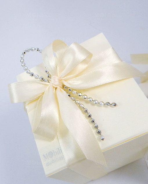 bomboniera scatola cartoncino con nastro panna