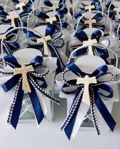bomboniera lanterna metallo con fiocchi blu e croce tau legno