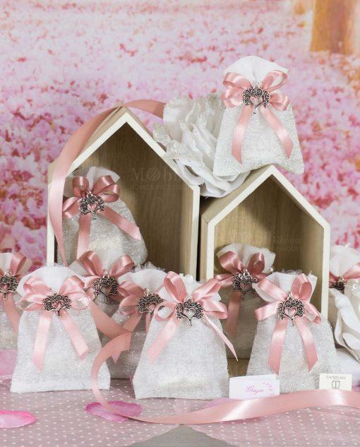 sacchettino portaconfetti bianco ricamato con fioco a 4 rosa e ciondolo albero della vita con cuore