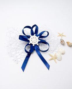 segnaposto tema mare con timone in gesso bianco e nastri blu