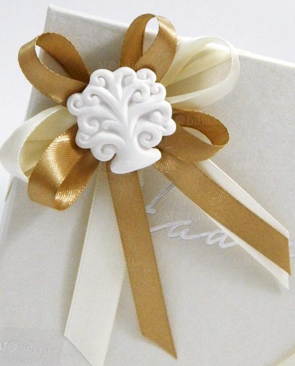 scatola confezionata con fiocchi panna tortora e gessetto albero della vita bianco