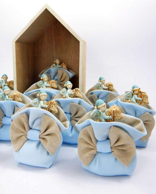 bomboniera cavalluccio con bimbo su sacchetto puff azzurro